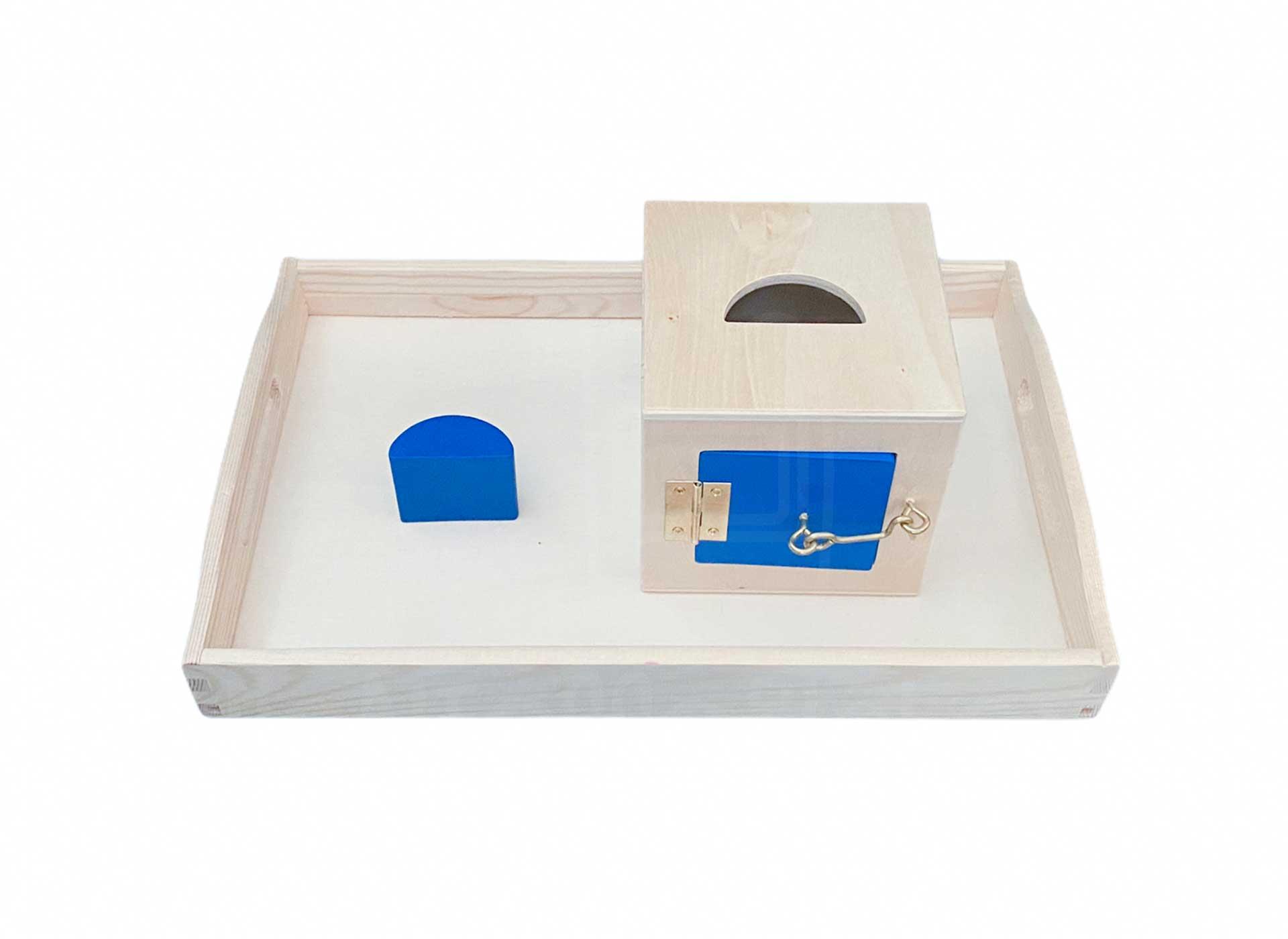 Kasten mit Schließmechanismus und halbem Zylinder
